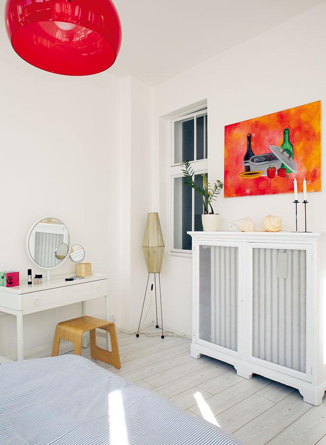 Biela farba mala do spálne vniesť energiu, červené detaily tento pocit ešte podčiarkli.