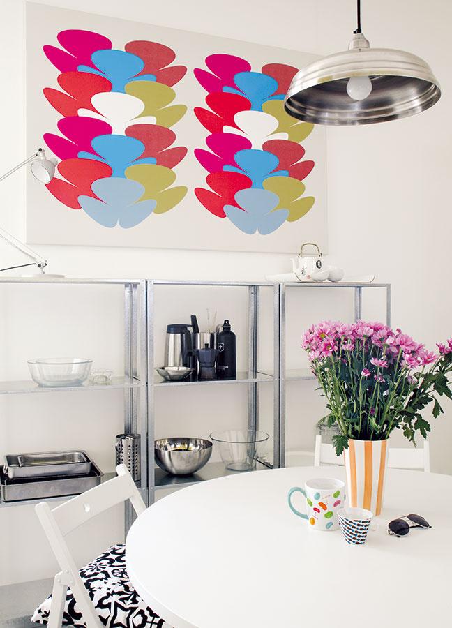 Kuchyňa je zariadená celkom jednoducho. Je tu však všetko, čo rodina potrebuje, a oživenie sem vnášajú najmä farby doplnkov.