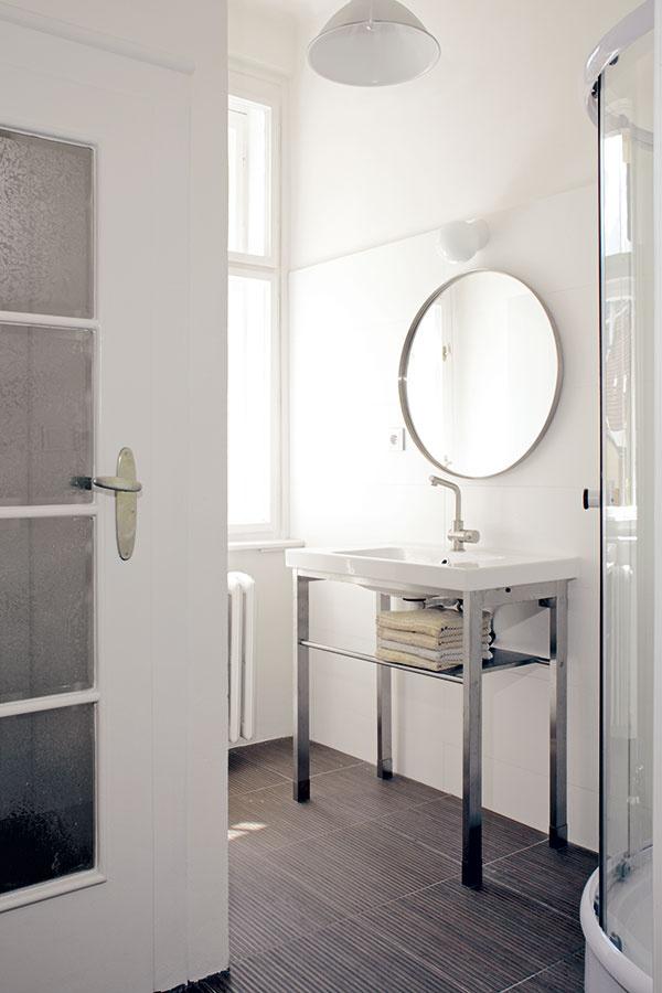 Prakticky asmierou. Byt si prenajali stým, že vybudujú kúpeľne akuchyňu. Mohli si ich tak navrhnúť podľa svojich predstáv. Samozrejme, sohľadom na to, že to bola investícia do prenájmu.