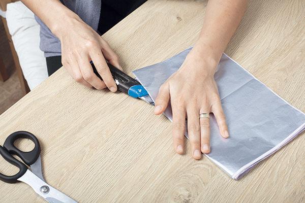 Hodvábny papier si poskladajte na takú veľkosť, akú chcete, aby mal váš kvet. Nožom si narežte papier na rovnako veľké menšie časti.
