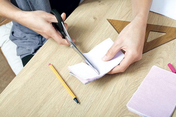 Nožnicami zastrihnite navrstvené hodvábne papiere do tvaru štvorca, aby výsledná dekorácia bola rovnomerná avtvare gule.