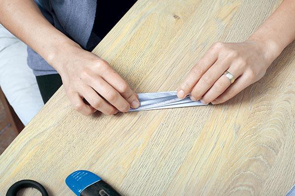 Papiere si zarovnajte amôžete začať sohýbaním. Navrstvené papiere zohnite do tvaru harmoniky.
