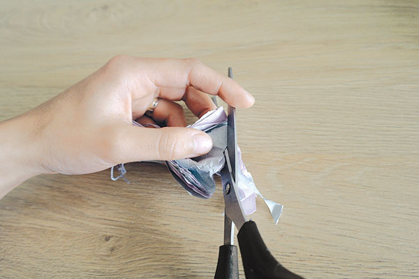 Konce hodvábneho papiera zastrihnite. Buď dookrúhla, alebo do špicov. Vďaka tomuto, jednoduchému kroku bude výsledok ešte krajší aprepracovanejší.