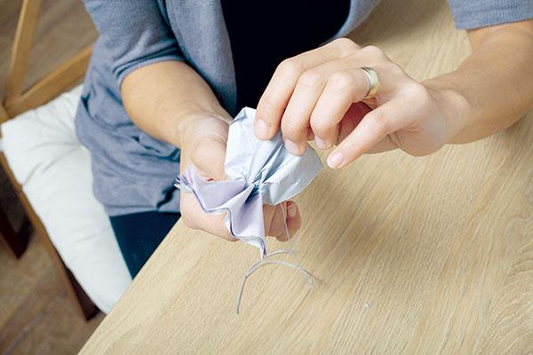 Nakoniec stačí jednotlivé hodvábne papiere od seba oddeľovať, až kým vám nevznikne papierový kvet.