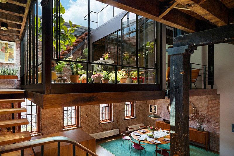 """Ak sa vyberieme opačným smerom, teda hore schodmi, dostaneme sa tomuto bývaniu naozaj pod kožu. Presnejšie povedané pod sklo. Pôsobivú zimnú záhradu ústiacu na slnkom zaliatu otvorenú strechu držia staré trámy, ktoré predtým kraľovali v inej časti tejto stavby. Takýto pohľad má v mestskej bytovej džungli cenu zlata alebo """"aspoň"""" pár desiatok tisíc dolárov a pár minút relaxu po náročnom dni :-)."""
