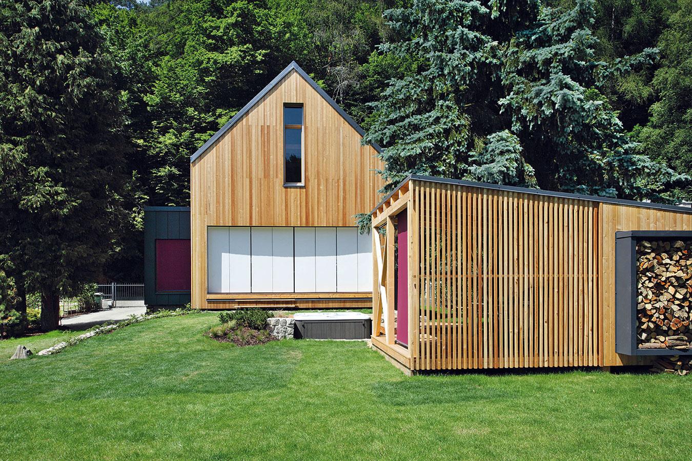 Moderný víkendový dom vStříbrné Skalici od architekta Pavla Horáka zateliéru Prodesi je osadený na základoch pôvodnej chaty. Napriek tomu sa však architekt nenechal obmedziť pôvodnou stopou avytvoril jednoduchý, ale pohodlný drevodom nielen na víkendové využitie.