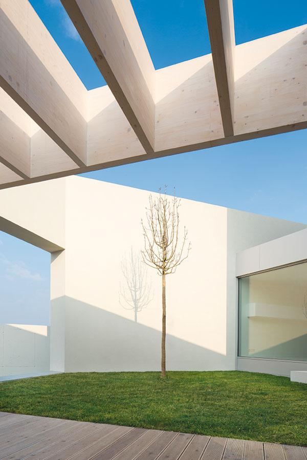 Stavba pripomína nielen slimačiu ulitu, ale aj hravý labyrint. Prostredníctvom priechodov sa návštevník cez zeleň dostáva kjednotlivým átriám acez ne až kinteriéru.