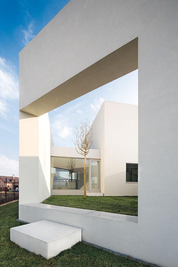 Pri návrhu tohto rodinného domu sa architekti rozhodli netradične využiť celú parcelu.