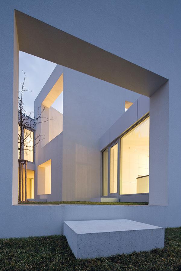 Keď zapadne slnko, pôsobivá hra svetiel sa nekončí – pokračuje vnej rozsvietený interiér.
