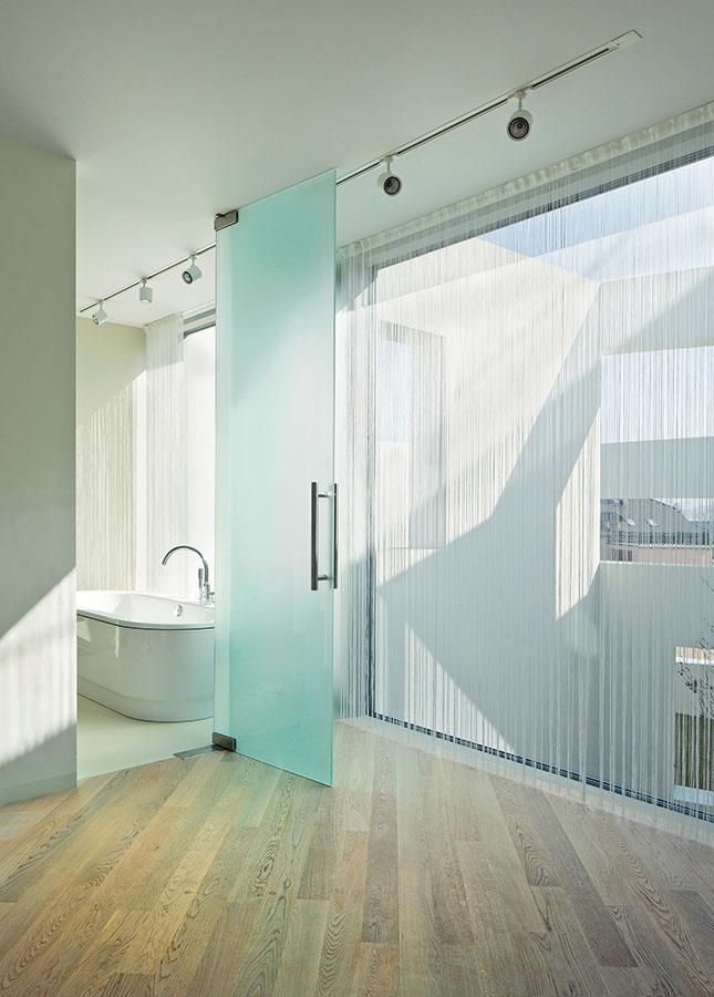 Vďaka orientácii smerom na átrium môže byť aj zasklená kúpeľňa zárukou súkromia.