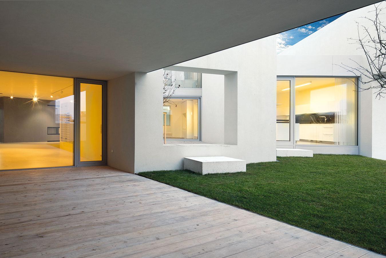 Architekti nevytvorili dom vzáhrade, ale nekonečný film motívov sdomom vzáhrade. Prechody medzi interiérom aexteriérom sa vtomto prípade stierajú.