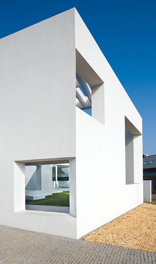Aj keď architekti pôvodne uvažovali oľahčenom tepelnoizolačnom betóne, vtomto prípade sa pod bieloskvúcou fasádou ukrýva poctivá tehla.
