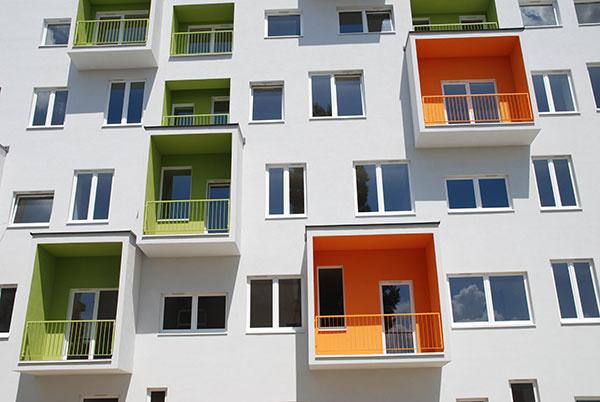 Bytový dom DORNYK v Bratislave-Trnávke ponúka okrem kvalitného bývania aj areál s dostatkom zelene a bezpečné parkovanie vo vlastnom garážovom dome.