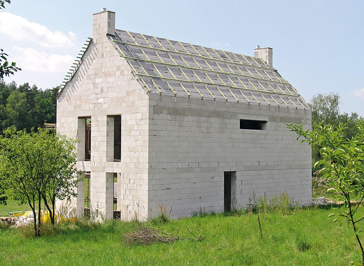 """Otázka, či drevená alebo ťažká, sa môže týkať nielen konštrukcie domu, ale aj konštrukcie strechy. Masívna strecha YTONG Komfort od spoločnosti Xella má plošnú hmotnosť 225 kg/m2. Túto nosnú konštrukciu, tvorenú rebierkovým železobetónovým stropom avložkami YTONG, možno realizovať """"bez nadbetónovania"""", vďaka čomu je vhodná na stavbu plochých aj šikmých striech až do sklonu 40°. Na jej zateplenie sú vhodné rôzne tepelnoizolačné systémy, povrch môže tvoriť prakticky akákoľvek strešná krytina."""