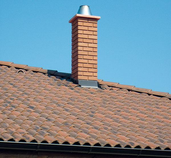 Pozor na priestupy. Ochrana strešnej konštrukcie pred vlhkosťou je nanajvýš dôležitá, preto je zásadná precízna realizácia strešnej krytiny, najmä jej spojenie sdetailmi aprestupujúcimi konštrukciami, ako sú komín, strešné okná či štítové murivo. Všetky spoje musia byť úplne vodotesné.