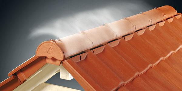 Správne odvetranie strešného plášťa patrí kzákladným predpokladom na funkčnosť atrvácnosť strechy. Efektívne ho zabezpečia napríklad podhrebeňové odvetrávacie škridly systému Firstfix. Strechu odvetrávajú vhrebeni, riešenie ich hlavovej časti zároveň bráni vniknutiu dažďa či snehu do konštrukcie. Nie je teda potrebné montovať hliníkové pásy aklasické vetracie škridly. Systém Firstfix od nemeckého výrobcu Creaton je určený na strechy zpálenej krytiny. Zjednodušuje skladbu strechy, znižuje spotrebu materiálu ajednoducho arýchlo sa montuje.