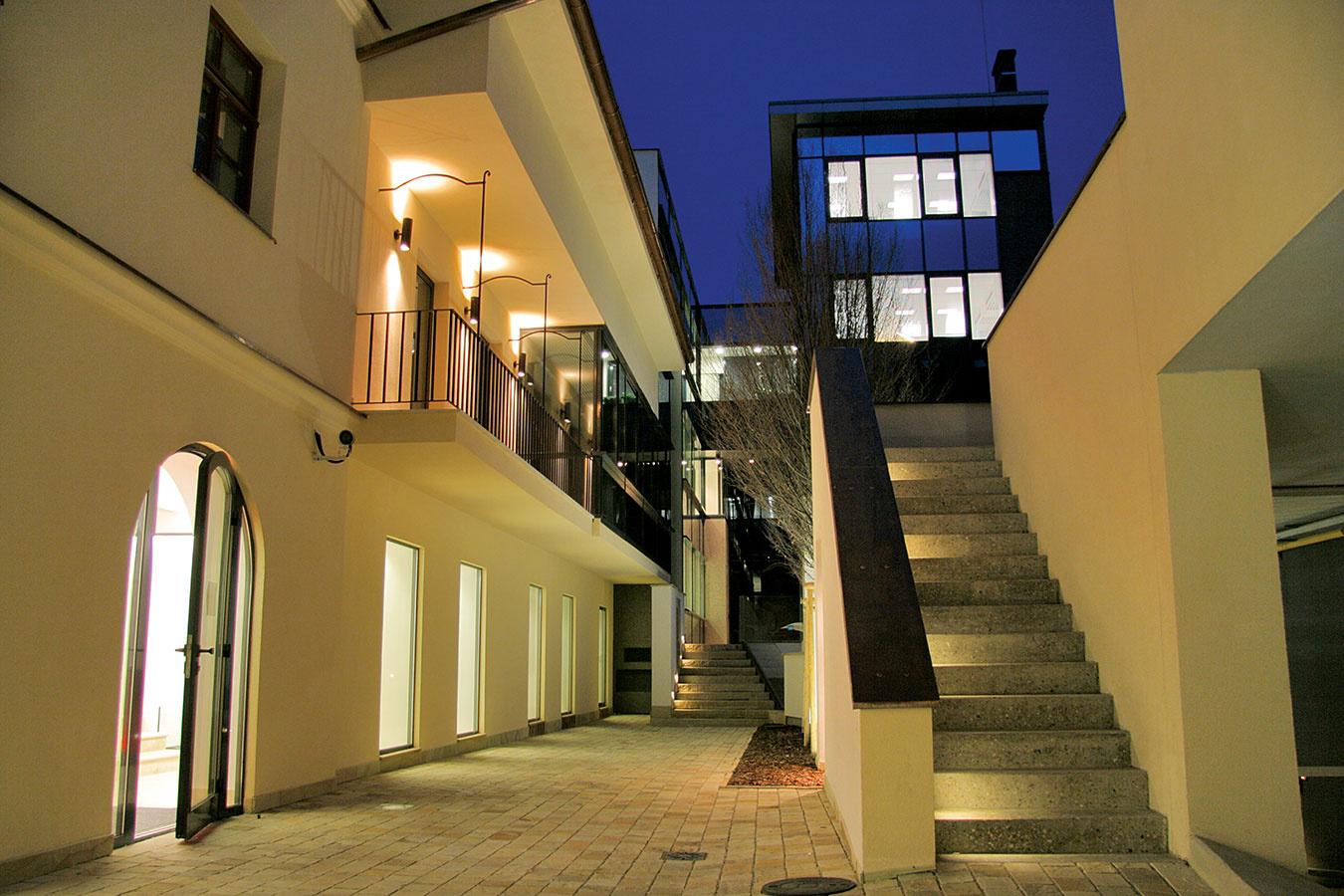 Administratívna budova z dielne spoločnosti ise, s.r.o. – IURIS HOUSE, bola nominovaná na hlavnú cenu STAVBA ROKA 2006 a získala Cenu Stavebnej fakulty STU v Bratislave za uplatnenie poznatkov vedy a techniky v rekonštrukcii stavebného diela.