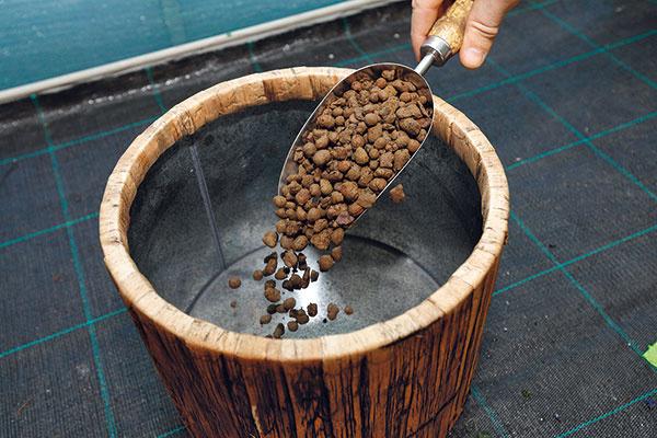 1 Príprava nádoby adrenáž. Na vytvorenie kompozície použite efektnú nádobu, ktorá sa typovo hodí na daný balkón. Ak nádoba nemá otvor na odtok prebytočnej zálievkovej vody, na jej dno dajte asi 5 cm vysokú drenážnu vrstvu zkeramzitu. Rastliny môžete prípadne vysadiť do plastovej nádoby atú následne vložiť do obalovej vhodného charakteru.