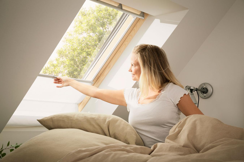 Orientácia okien na severovýchod zabezpečí, aby bol prísun denného svetla do miestnosti v dopoludňajších hodinách, pričom popoludní sa neprehrieva.