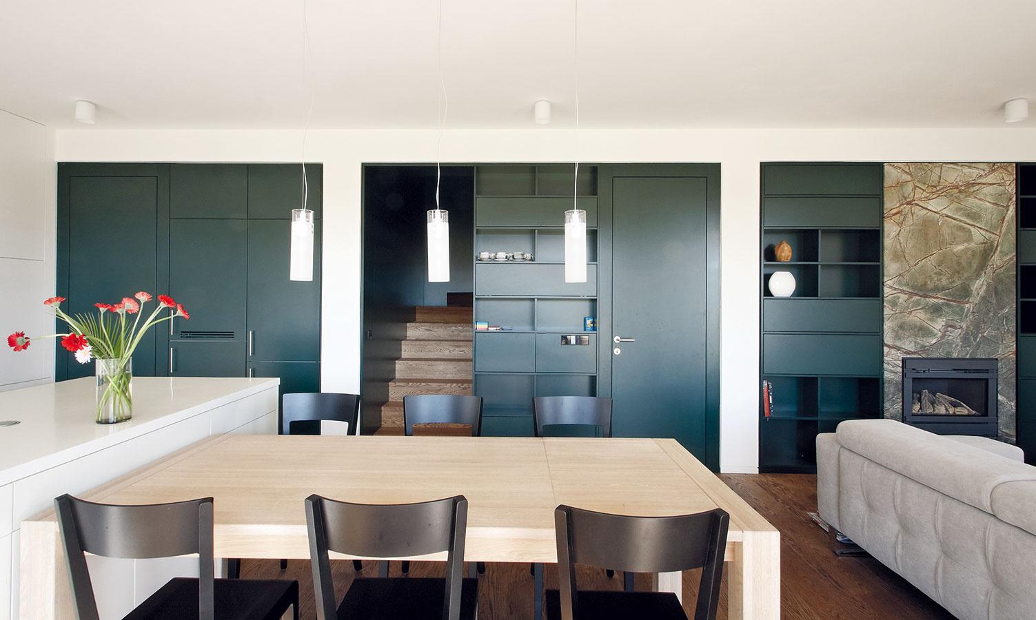 Zabudované skrine apolicové systémy sú akýmsi interiérovým poznávacím znamením architektonického tandemu.