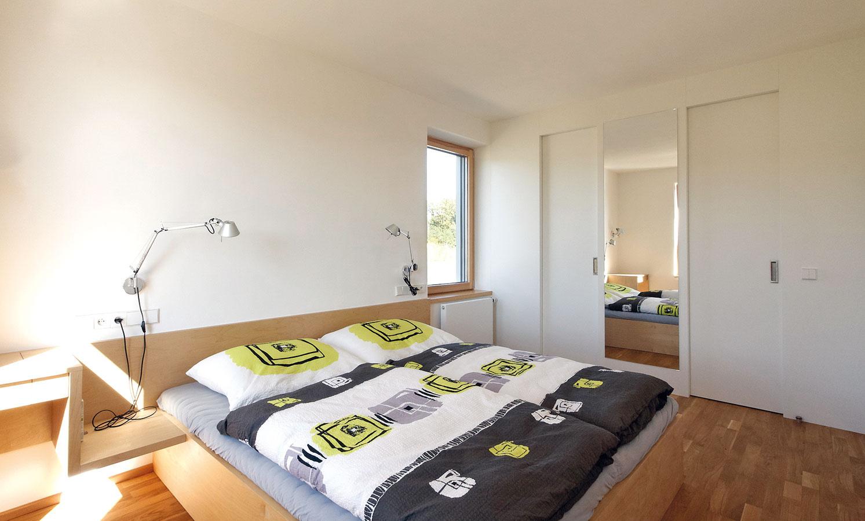 Do neveľkej spálne rodičov si majitelia nechali navrhnúť nábytok na mieru, vďaka čomu dokážu lepšie využiť priestor.