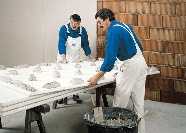 Lepenie. Steny môžete upraviť jednoduchými sadrokartónovými doskami, ale aj sendvičovými doskami, ktorých súčasťou je aj vrstva polystyrénu alebo minerálnej vlny. Lepia sa na upravený podklad, najčastejšie na hrudky lepidla.