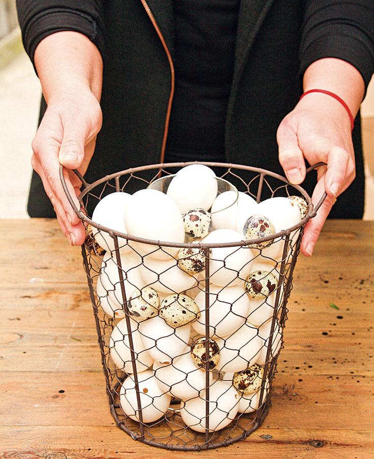 Vyfúknuté vajíčka postupne uložte okolo valca anádobu nimi naplňte až po okraj.
