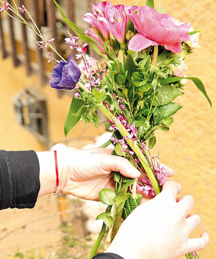 Zkvetov uviažte kyticu. Jednotlivé kvietky prikladajte na šikmo do takzvanej špirály.