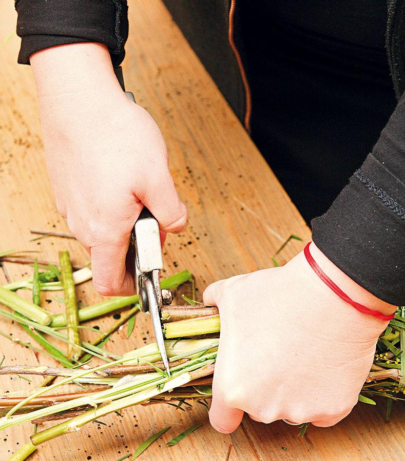 Keď je kytica hotová, skráťte jej stonky na rovnakú veľkosť záhradnými nožnicami.