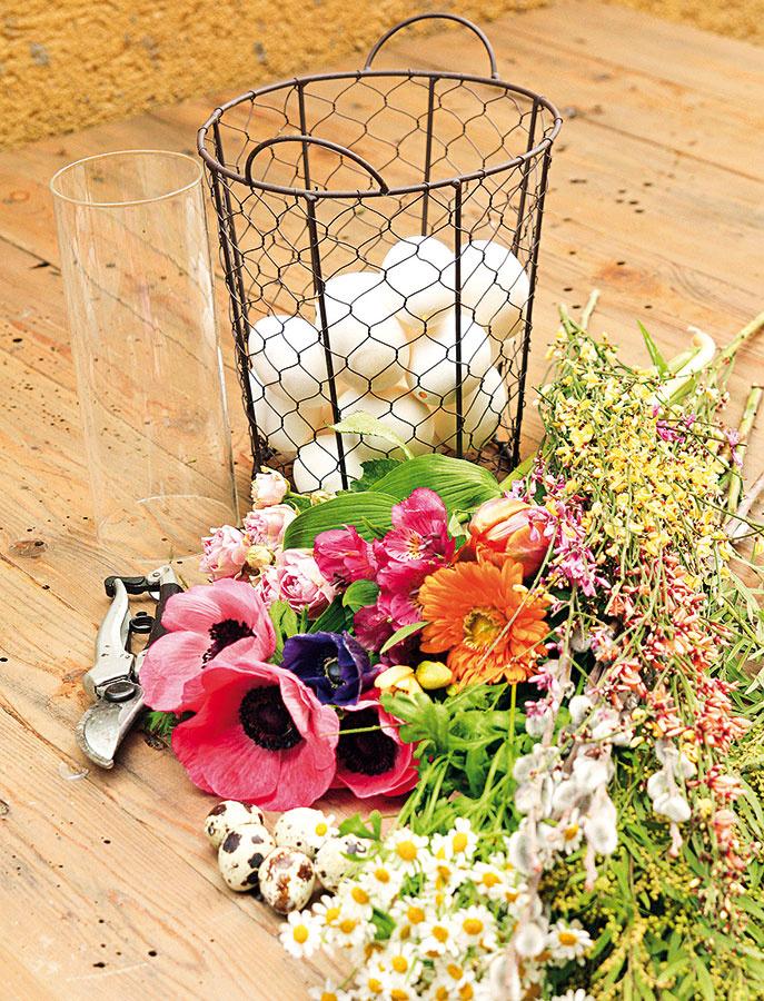 Materiál anáradie drôtený košík úzky sklenený valec alebo pohár väčšie aj menšie vyfúknuté vajíčka (slepačie aprepeličie) jarné kvety (anemonky, bahniatka, tulipány, kamilky ainé) záhradné nožnice