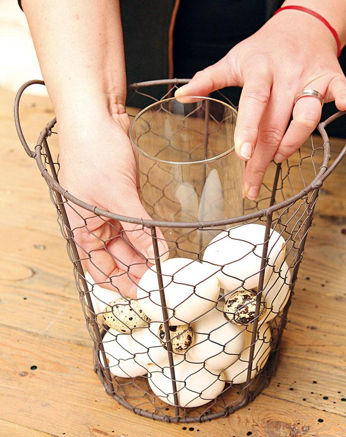 Do stredu drôteného košíka vložte úzky sklenený valec.