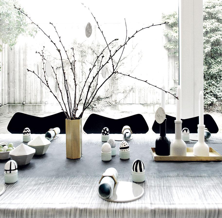 Elegantné aveselé. To je kombinácia, ktorá vzniká pomocou rôznych šantivých čierno-bielych vzorov vspolupráci skovovými doplnkami. Vázu alebo svietniky nájdete na www.fermliving.com.