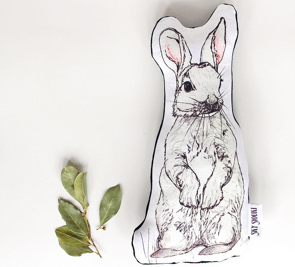 Vankúš zajačik, tvar kopírujúci obrys skice, zopačnej strany zamat, 33 × 16 cm, 4,66 €, www.in-spaces.com