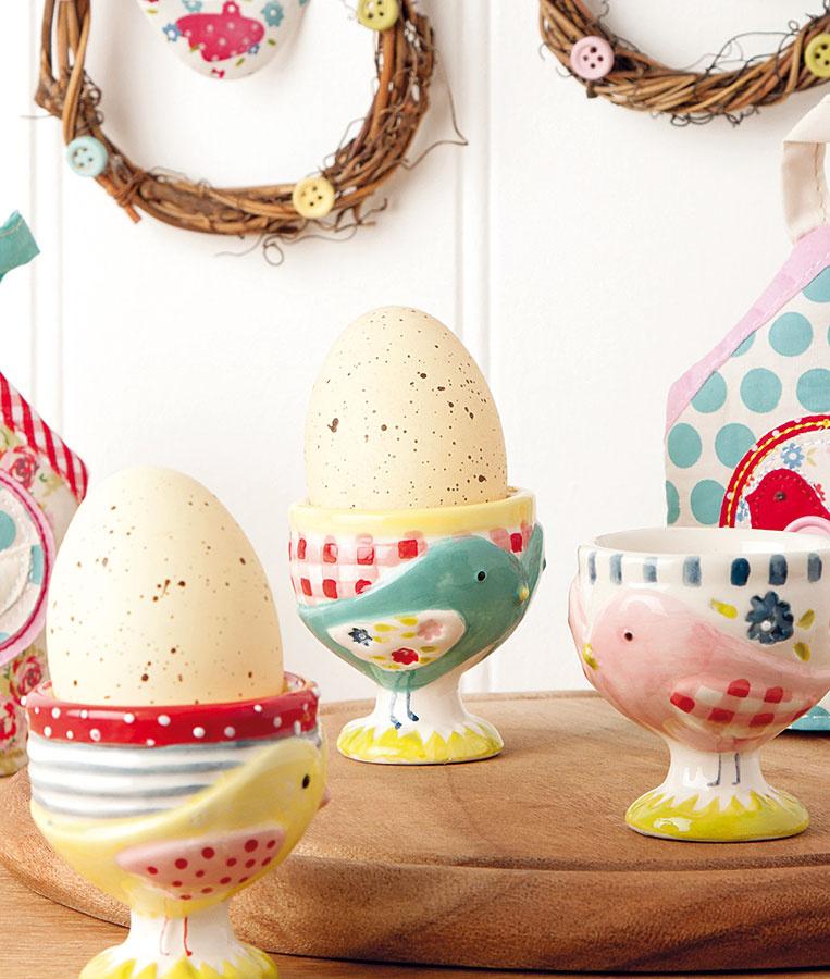 Kalíšky na vajíčka spatchworkovým vzorom, keramika slesklou glazúrou, vhodné aj ako svietniky, výška 5,5 cm, 8,13 €, www.tch.net