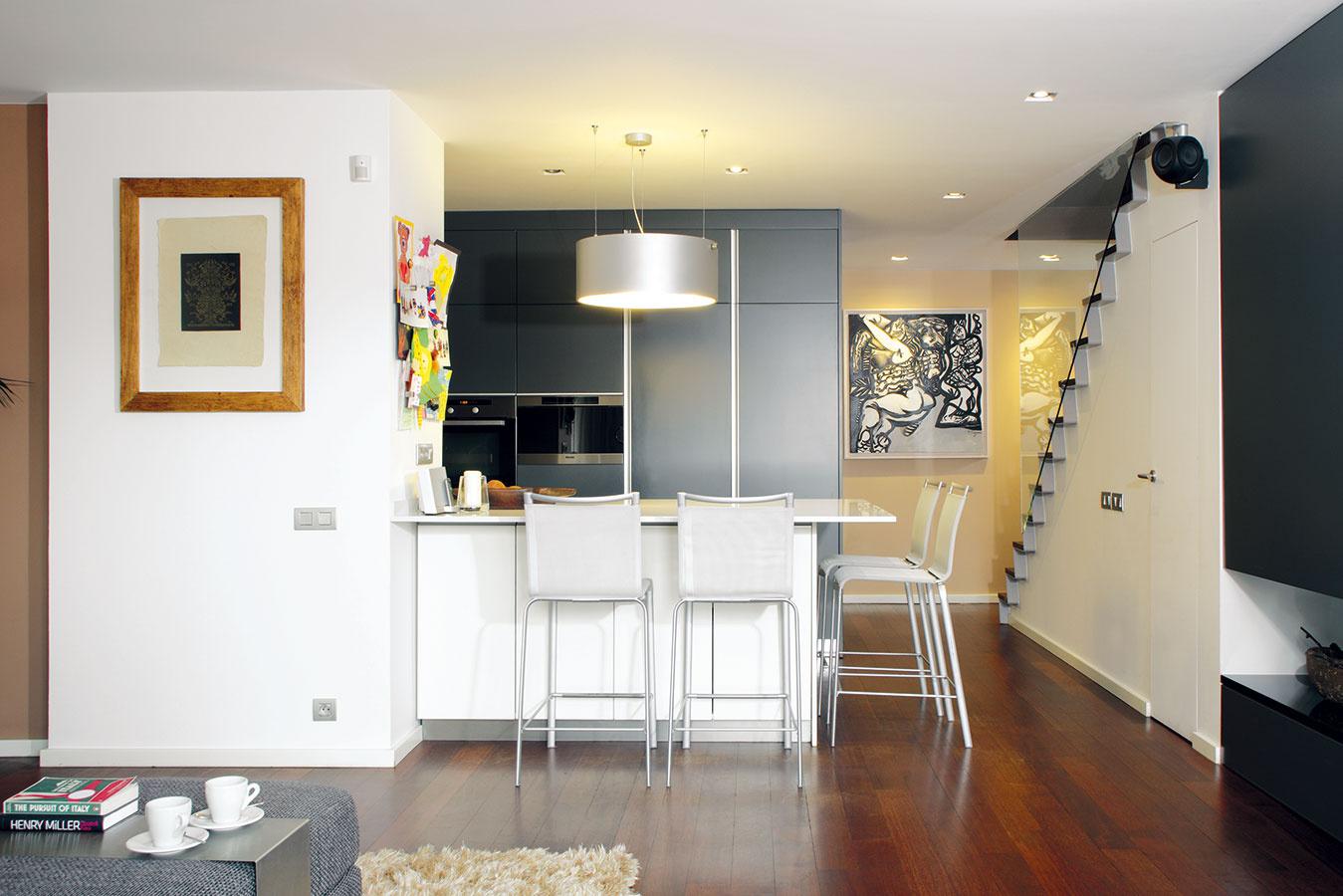 Celková rekonštrukcia umožnila lepšie využiť priestor dvoch podkrovných mezonetov, vyladiť dispozíciu presne podľa želaní apotrieb štvorčlennej rodiny aporadiť si so špecifikami starého domu, napríklad s dvoma komínmi vstrede obývacieho priestoru.