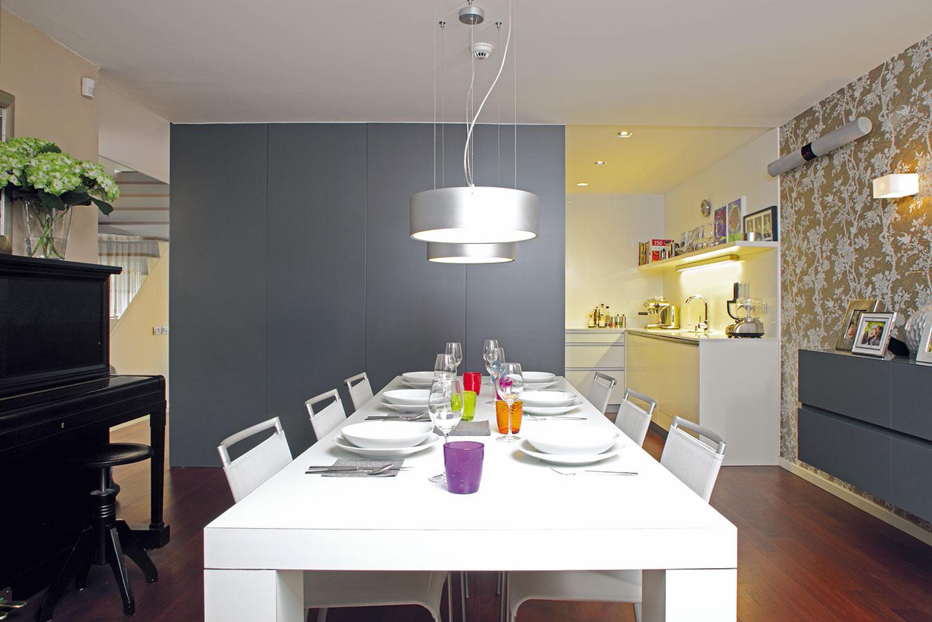 Veľký stôl vjedálni využíva rodina najmä pri slávnostných príležitostiach, posedeniach snávštevami avečerách spríbuznými či priateľmi. Na komornejšie stolovanie si obľúbili zvýšené sedenie, ktoré nadväzuje na kuchynskú linku na opačnej strane kuchyne.