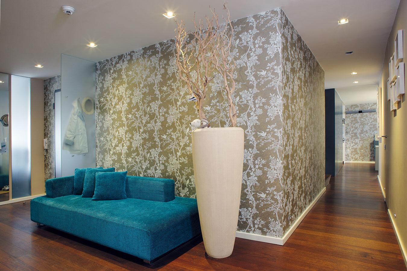 Jednoduché elegantné zariadenie bytu ozvláštňujú farby na stenách anajmä tapety. Majitelia sfarbami radi experimentujú adožičia si tak zčasu na čas pomerne nenáročnú zmenu.