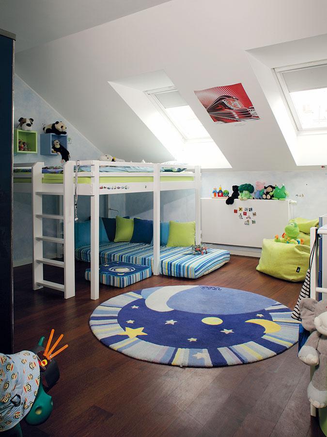 Detské izby sú zariadené veselým nábytkom vyrobeným na mieru. Aj tu dopriali rodičia svojim ratolestiam štýlovú podlahu zexotického dreva.
