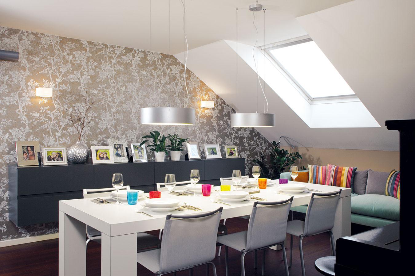 Neutrálne svetlé farby, dostatok svetla amoderné riešenie charakterizujú tento príjemný podkrovný byt, ktorý sa stal domovom štvorčlennej rodiny milujúcej mestský život.