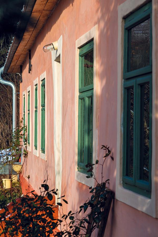 """""""Banícke domy tu boli vždy farebné a podľa mňa im farby pristanú"""", hovorí Baja."""