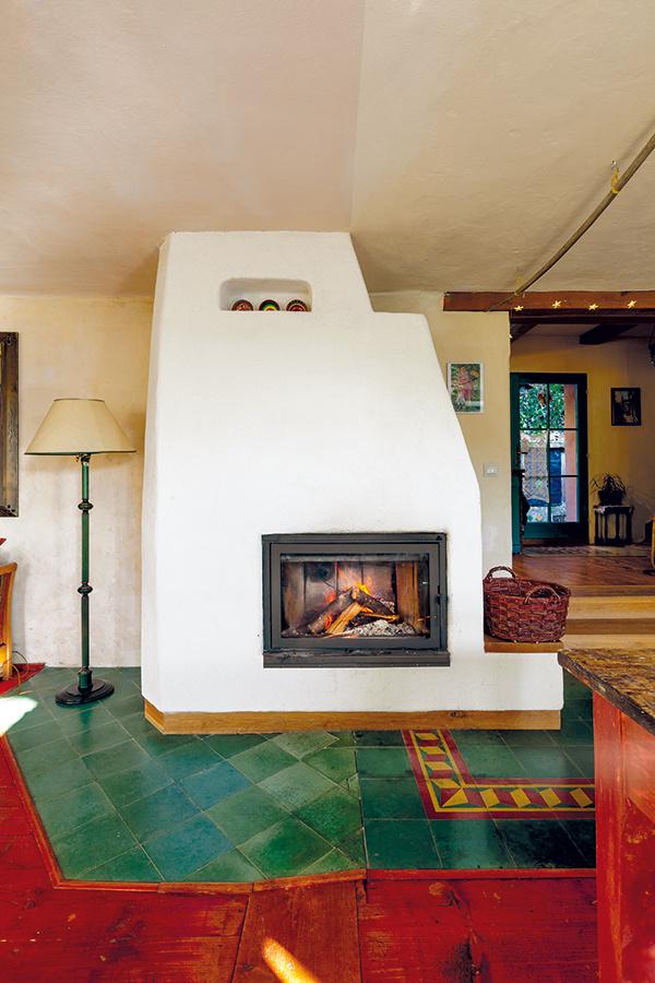 Kúri sa tu drevom. Novou pecou, umiestnenou na rozhraní obývačky, jedálne a kuchyne, vyhrejú celý dom. Vďaka nútenému obehu teplého vzduchu sa vykúria aj všetky podkrovné miestnosti.