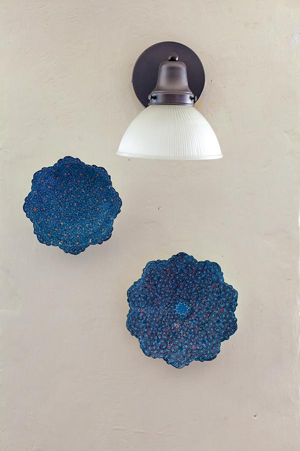 Východné inšpirácie. Z ciest si priniesli niektoré koberce a doplnky – aj farebné plechové misky, čo teraz zdobia stenu v jedálni.