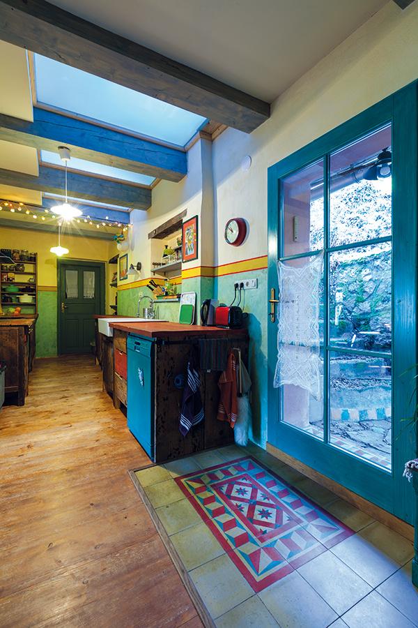 Dlhá úzka kuchyňa je v pristavanej časti za pôvodným domom, a keďže hneď za múrom je svah, nemohli tu byť okná. Denné svetlo sem však prichádza nielen cez dvere, ktoré vedú na severný dvorček, ale aj zhora, cez svetlík do podkrovnej detskej izby.