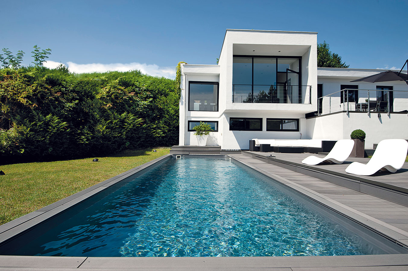Bazén by sa mal dať pohodlne obísť, umiestnenie pri stene alebo vrohu teda nie je ideálne. Okolo celého bazéna by mal byť voľný priestor sminimálnou šírkou 50 cm, ideálne 1 m. Na jednej až dvoch stranách (vmieste, kde sa doň vchádza) by sa táto plocha mala rozšíriť na terasu so šírkou 2, ideálne 2,5 až 3 m na pohodlné umiestnenie ležadiel asedenia. Zhľadiska údržby bazéna nie je praktické, ak sa za jeho okrajmi nachádza trávnik.