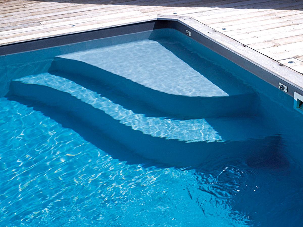 Základným riešením je vstupný rebrík, ktorý sa však väčšinou používa už iba vo verejných bazénoch. Prakticky pri všetkých súkromných bazénoch sa vstup rieši pomocou schodiska, ktoré môže byť vonkajšie (vystupuje ztvaru bazéna) alebo vnútorné (je umiestnené vnútri bazéna). Vonkajšie schodisko je menej nákladné amožno pri ňom využiť celú plochu bazéna. V ostatnom čase je čoraz obľúbenejšie vnútorné schodisko. Zmenšuje síce priestor na plávanie, ale ak je umiestnené vrohu bazéna, dá sa vo zvyšnej časti pohodlne plávať po celej dĺžke.