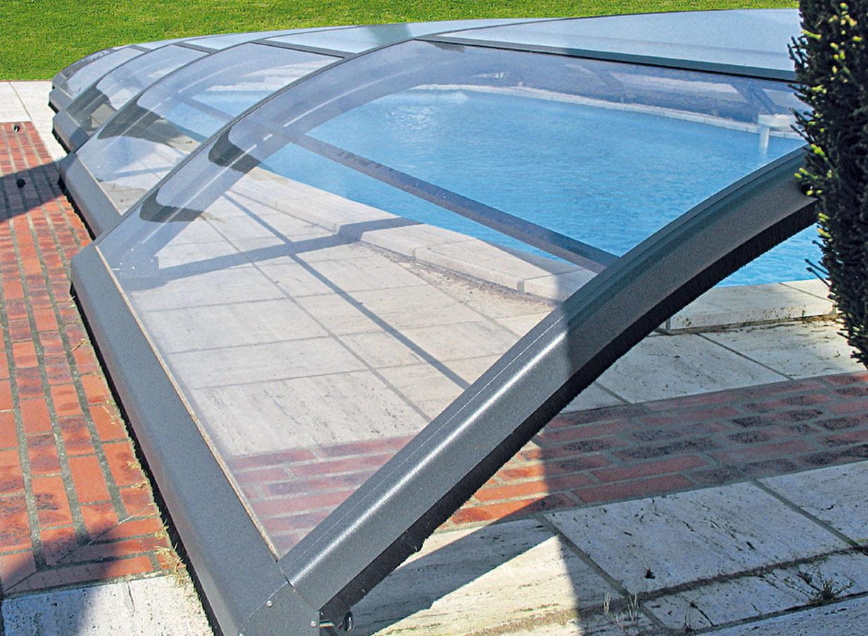 Prekrytie znižuje odparovanie vody, pomáha udržiavať jej teplotu, chráni bazén pred nečistotami amôže slúžiť aj ako ochrana proti pádu. Základným riešením je letná bublinková fólia sručným navíjaním, ktorá ale neplní bezpečnostnú funkciu. Lamelové prekrytie, ktoré sa umiestňuje na okraj bazéna alebo sa zabuduje priamo do neho (lamely sa navinú vpriebehu dvoch až troch minút), je estetickejšie azároveň bezpečnostné – testuje sa na zaťaženie dospelou osobou. Ak máte vblízkosti bazéna viac vegetácie (stromy, kry), vyplatí sa investovať do zastrešenia, ktoré ho dokonale ochráni pred nečistotami, pomôže zohrievať vodu vňom aplní aj bezpečnostnú funkciu. V ostatnom čase sú obľúbené najmä nízke modely, ktoré jazdia na kolieskach.