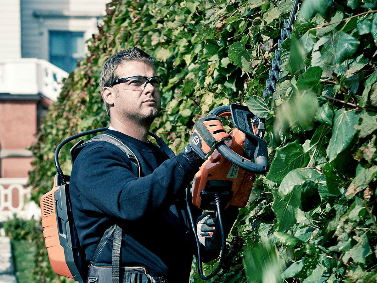 Akumulátoroví pomocníci do záhrady sú napájaní výkonným akumulátorom Li-Ion 36V. Vďaka nemu podávajú rovnaký výkon, ako ich benzínové varianty. Akumulátor navyše ľahko vyberiete z jedného stroja a vložiť do druhého.