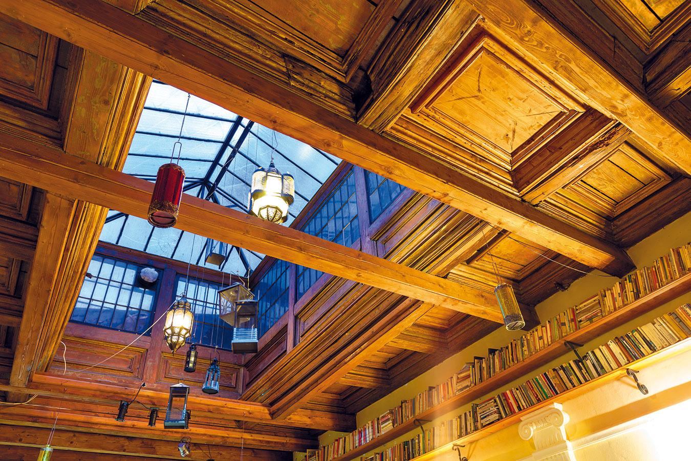 Veľkolepý dobový svetlík sa tu zachoval zčias, keď včasti dnešnej kaviarne fungovala krajčírska dielňa. Jeho unikátnosť ešte viac podčiarkuje precízne orámovanie adekorovanie drevenými prvkami. Zo svetlíka visia rôzne lampáše, ktoré priestor ozvláštňujú azútulňujú.