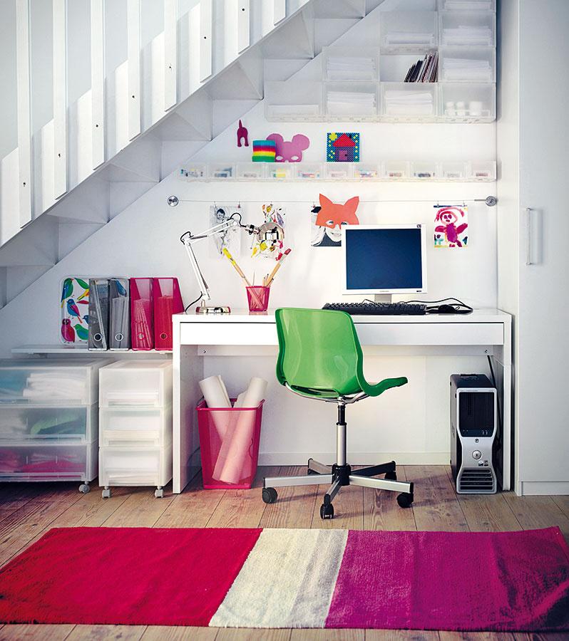 Tam, kam sa vprace. Pracovný kútik možno umiestniť napríklad aj pod schody. Šikovným ťahom je umiestnenie odkladacích plôch aj na celú stenu nad ním. Správnym výberom organizérov ju bez problémov oživíte.