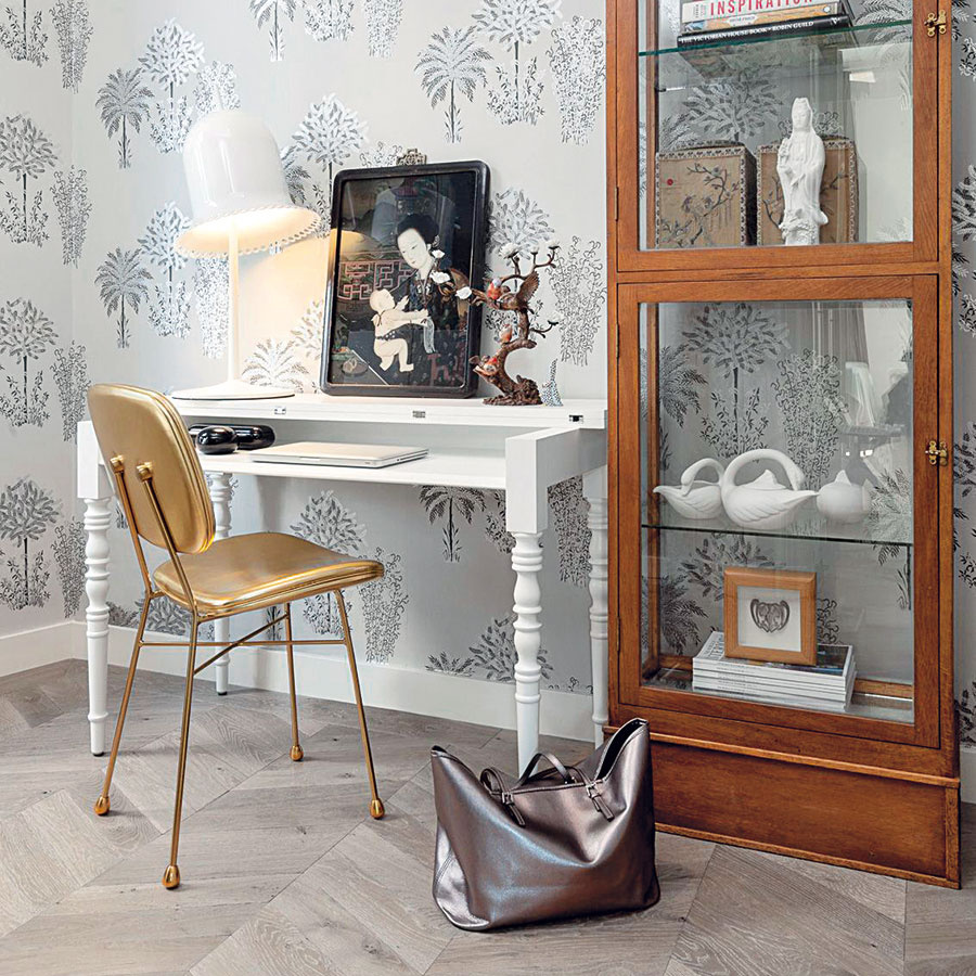 Stôl od značky Moooi zaujme tvarovanými nožičkami aj praktickou odklápacou časťou. (Predáva www.designpropaganda.com)
